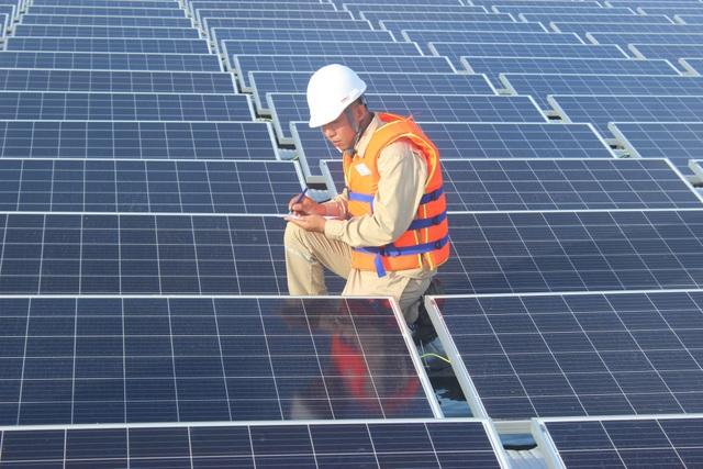 Nhà máy điện mặt trời nổi Đa Mi dự kiến phát điện đợt đầu tiên vào tháng 1/2019. (Ảnh: Thành Đạt)