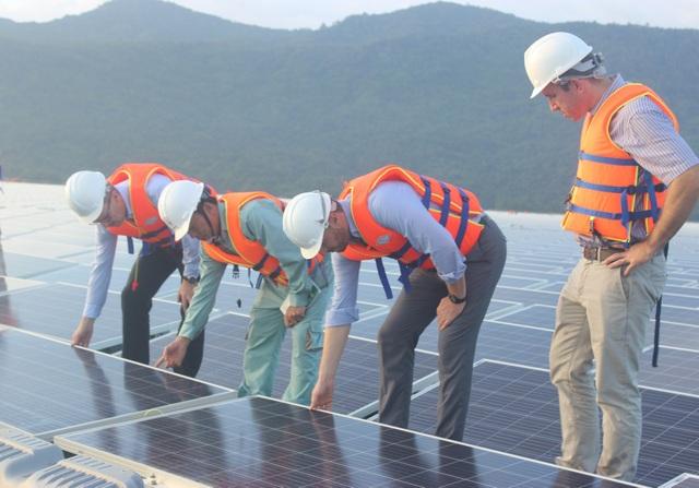 Ông Koen Duchateau cùng các cán bộ của phái đoàn Liên minh châu Âu tại Việt Nam trực tiếp xem xét các tấm pin năng lượng mặt trời nhà máy điện mặt trời nổi Đa Mi. (Ảnh: Thành Đạt)