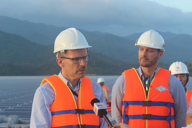 Trưởng ban Hợp tác Phát triển thuộc Phái đoàn Liên minh Châu Âu tại Việt Nam Koen Duchateau (trái) trả lời phỏng vấn báo chí. (Ảnh: Thành Đạt)