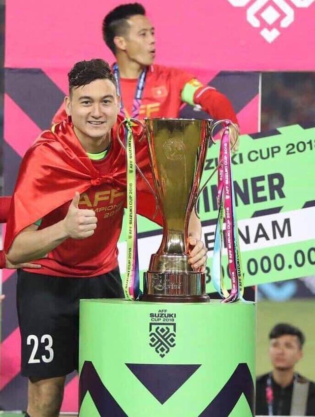 """Sau chiến thắng của đội tuyển Việt Nam tại AFF Cup 2018, cái tên Đặng Văn Lâm được khán giả ca ngợi bởi tinh thần """"chiến đấu"""" quả cảm, không để lọt lưới nhà. Anh cùng các đồng đội của mình đã mang về vinh quang cho bóng đá Việt Nam sau 10 năm chờ đợi chiếc cúp vô địch AFF Cup."""