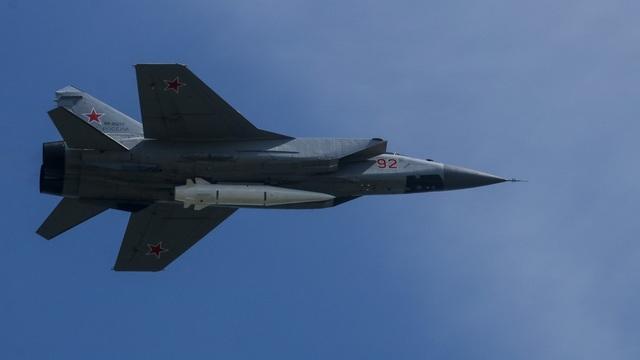 Máy bay chiến đấu MiG-31 mang tên lửa hành trình siêu thanh Kinzhal (Ảnh: Global Look Press)