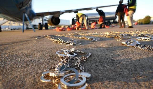 Người nhập cư bị trục xuất bằng máy bay. (Ảnh: AP)