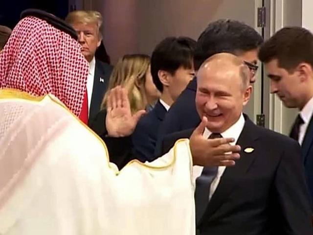 Tổng thống Nga Vladimir Putin (phải) và thái tử Mohammed bin Salman của Saudi Arabia đập tay chào hỏi thân mật tại hội nghị G20 ở Argentina cuối tháng 12. Ảnh: JAPAN TIMES