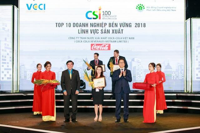 Bà Lê Từ Cẩm Ly - Giám đốc Đối ngoại và Pháp lý của Coca-Cola Việt Nam nhận bằng khen Top 2 doanh nghiệp phát triển bền vững 2018.