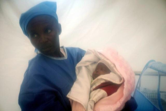 Bé gái sơ sinh sống sót kì diệu trong đại dịch Ebola  - Ảnh 1.