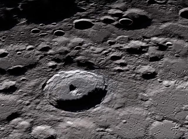 Bụi Mặt Trăng có thể rất nguy hiểm với con người - Ảnh 1.