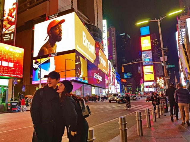 Trải nghiệm phút giây náo nhiệt tại Times Square – ngã tư ánh sáng thế giới. Biểu tượng của thành phố hiển hiện trong lối kiến trúc hiện đại, năng động với hàng ngàn bảng hiệu sáng choang lộng lẫy giữa trời đêm của các quán cà phê, các nhà hàng đậm phong cách châu Âu, các phòng quay MTV và sân khấu nhạc kịch diễm lệ.