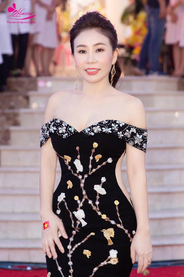 Doanh nhân Phan Thị Mai – Tổng giám đốc chuỗi thẩm mỹ viện Mailisa tự tin khoe vai trần gợi cảm đọ sắc với các nàng Hoa hậu, Á hậu.