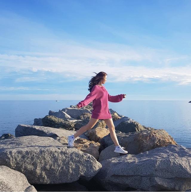 Hãy hít thở bầu không khí mằn mặn vị biển, tận hưởng ánh nắng vàng ươm từ bầu trời trong veo. Chạm chân trần lên bờ cát trắng lấp lánh các hạt mica đen tuyền và làn nước mát lạnh là trải nghiệm tuyệt vời khi đặt chân đến nơi này.