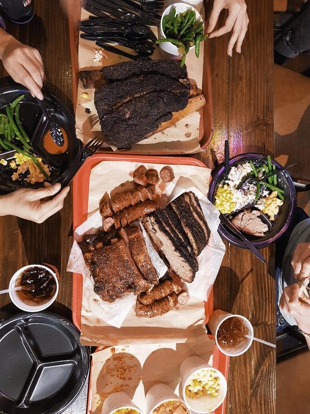 Đây cũng là nơi được nhiều người mê đắm bởi ẩm thực đặc sắc, đặc biệt là các món thịt nướng được truyền tụng ngon nhất nước Mỹ, xứng danh của vùng đất viễn Tây.