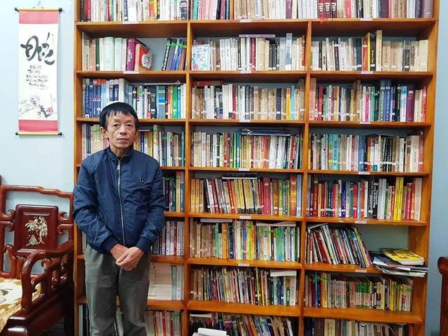 Thầy Đông cùng tủ sách gia đình phục vụ miễn phí các em học sinh và người dân.
