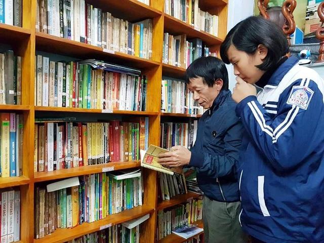 Thầy Đông hướng dẫn các em học sinh chọn sách đọc phù hợp.