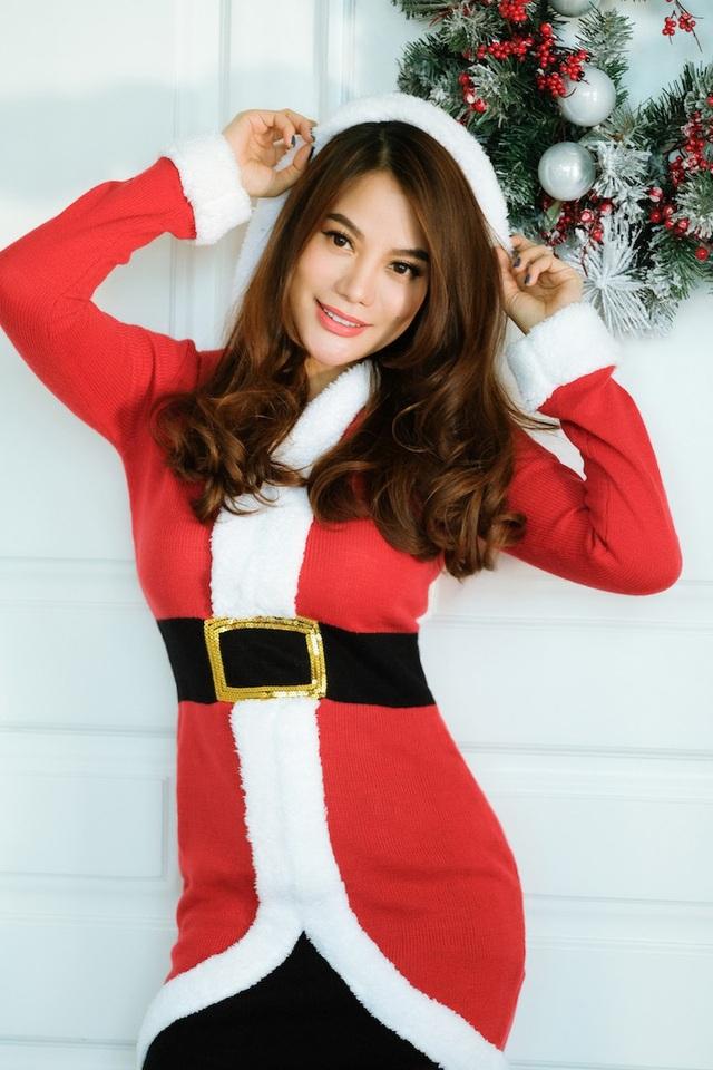 Nữ diễn viên xinh đẹp với trang phục bà già Noel mang sắc đỏ quen thuộc.