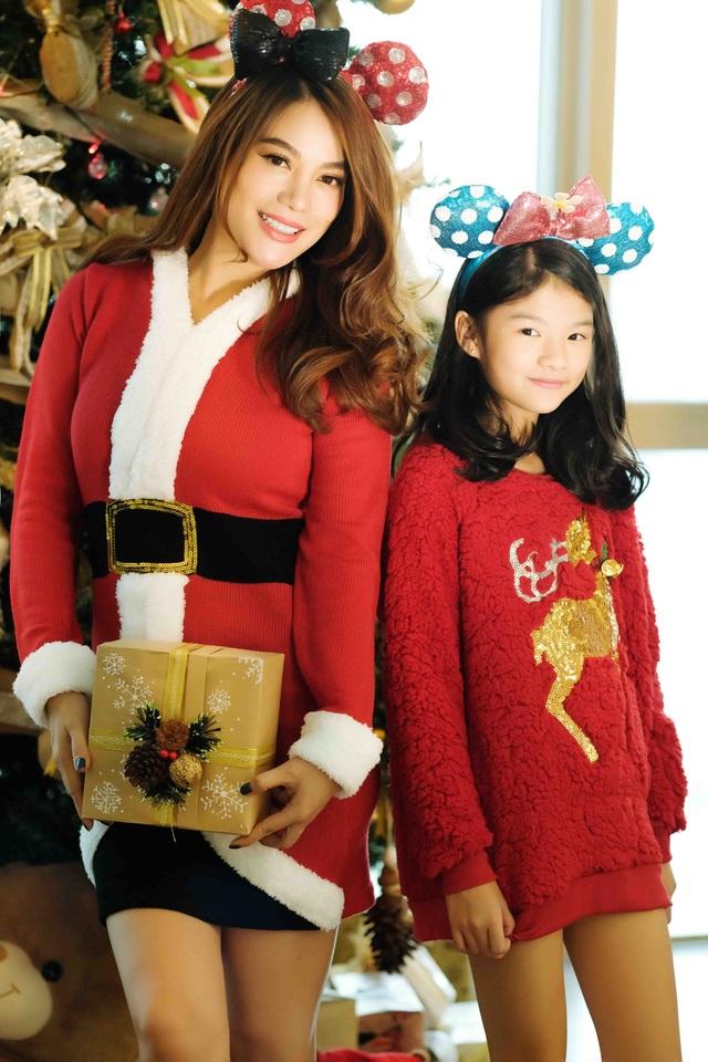 Nhân dịp Giáng sinh đang đến cận kề, diễn viên, nhà sản xuất phim Trương Ngọc Ánh quyết định thực hiện bộ hình kỉ niệm cùng con gái Bảo Tiên có tên thân mật ở nhà là Devon.