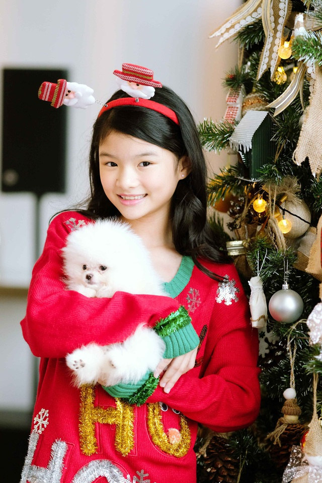 Được mẹ sắm cho những bộ trang phục mang đậm không khí mùa lễ hội, bé Bảo Tiên không giấu được vẻ sung sướng, hạnh phúc trên gương mặt.