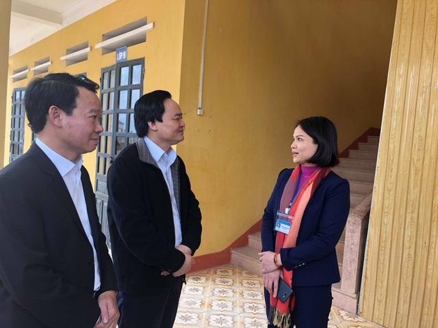 Bộ trưởng Phùng Xuân Nhạ trao đổi với cô giáo Phan Thị Thu Hương, Hiệu trưởng trường TH & THCS Việt Thành