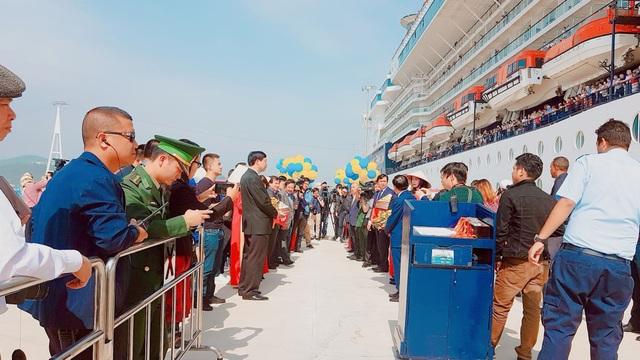 Đích thân lãnh đạo Bộ VH TT - DL, tỉnh Quảng Ninh...ra tận chân cầu tàu để đón vị khách quan trọng.