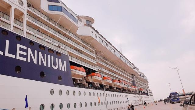 Tàu 5 sao Celebrity Millennium thuộc hãng tàu Royal Caribean mang theo gần 3.000 khách và thủy thủ đoàn