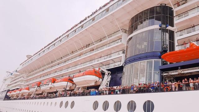 Ngay khi tàu đang cập bến hành khách trên tàu đã ùa ra hành lang, boong tàu.