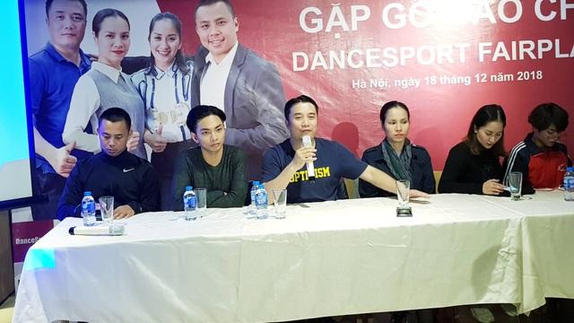 Khánh Thi, Chí Anh và các đồng nghiệp, học trò có buổi gặp gỡ báo chí chính thức tại Hà Nội chia sẻ nỗi bức xúc xoay quanh việc học trò bị trao nhầm giải.