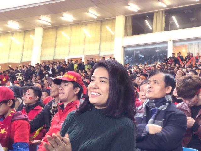 Bà Nguyễn Thị Thu Phương - Chủ tịch HĐQT kiêm Tổng giám đốc Công ty VPMilk chứng kiến khoảnh khắc thầy Park và các học trò nâng chiếc cúp vàng AFF Cup 2018 tại Mỹ Đình