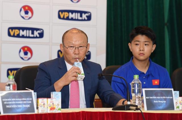 Thầy Park uống sữa VPMIlk Grow Sự cải thiện thể trạng, thể lực của các cầu thủ sau thời gian uống các sản phẩm sữa của VPMilk đã tạo niềm tin trong ông khi nhận lời làm Đại sứ thương hiệu của VPMilk.