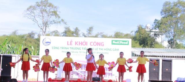 Các em nhỏ biểu diễn văn nghệ mừng ngôi trường mới được khởi công.