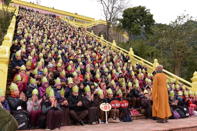 Hơn 2000 Phật tử chùa chùa Tân Hải (Đan Phượng, Hà Nội) cùng Đại đức Thích Quảng Hiếu làm lễ dâng hương và chiêm bái Phật hoàng Trần Nhân Tông tại chùa Ngọa Vân.