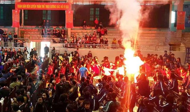 Người hâm mộ đốt pháo sáng chào mừng tuyển thủ Đoàn Văn Hậu trong buổi lễ vinh danh