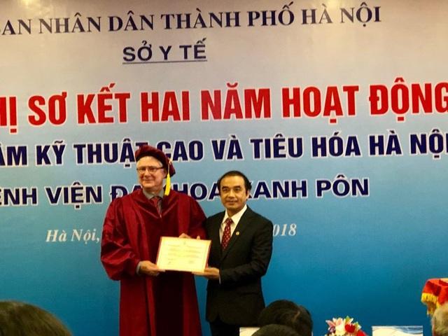 Hiệu phó trường Đại học Y Hà Nội trai tặng chứng nhận chức danh giáo sư danh dự cho Giáo sư Joel Leroy