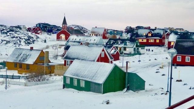 Tuyết phủ trắng thủ phủ Nuuk thuộc Greenland, Bắc Cực (Ảnh: BBC)