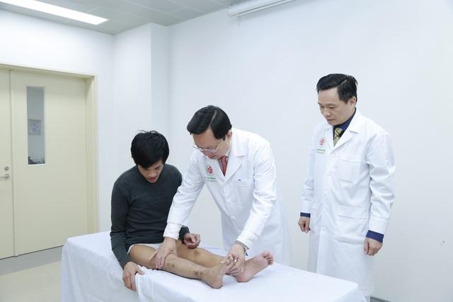Đôi chân của bệnh nhân đã được kéo thẳng, bằng nhau giúp bệnh nhân có thể tự đi lại.