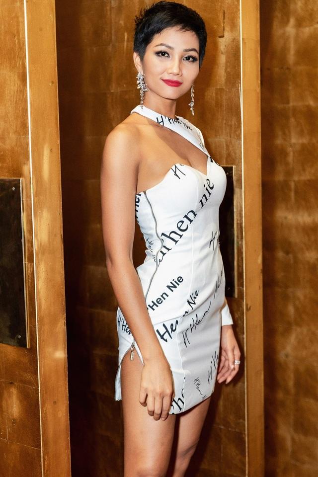 Xuất hiện trước truyền thông, H'hen Niê vẫn với nụ cười hạnh phúc và rạng rỡ. Với các số đo chuẩn 83-60-97 giúp HHen Niê tỏa sáng trong những mẫu trang phục bó sát, tôn vóc dáng trong bộ váy với tên của H'hen Niê. Được biết, chiếc váy này có trong hành lý của HHen Niê dự thi nhưng cô chưa có cơ hội để mặc.