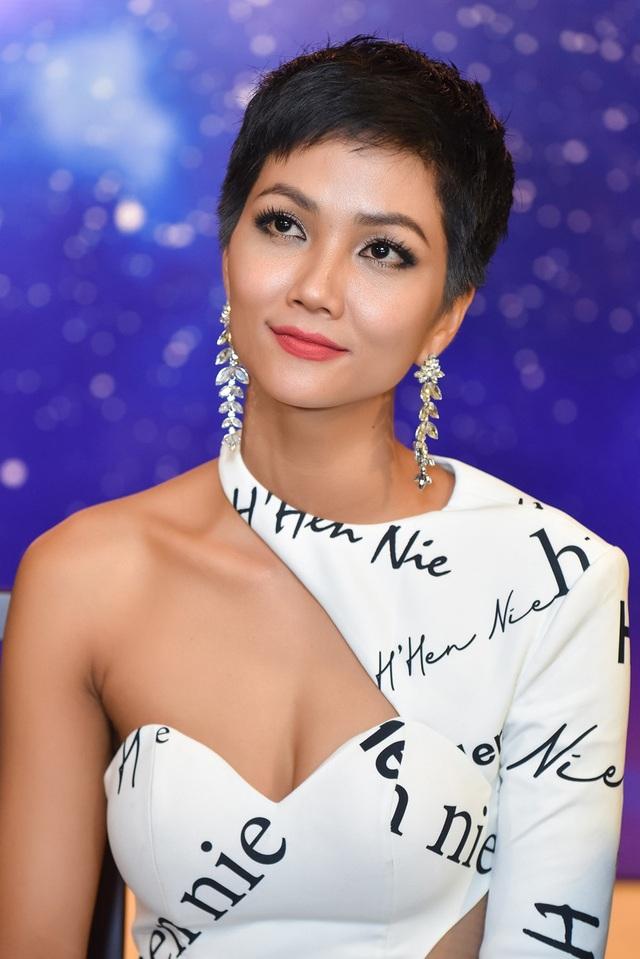Hen không thích sự so sánh giữa cô và Phạm Hương, người đẹp khẳng định bản thân rất quý mến vì Phạm Hương là người đã truyền cảm hứng cho mình trong cuộc thi.