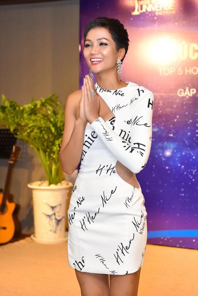 Ngay từ chia sẻ đầu tiên, HHen Niê không giấu được sự xúc động khi cảm ơn ê-kíp đồng hành trong hành trình tại Hoa hậu Hoàn vũ năm nay, những khán giả luôn dõi theo và cổ vũ cũng như các cơ quan truyền thông đã đưa tin, ủng hộ cô trong suốt thời gian qua.