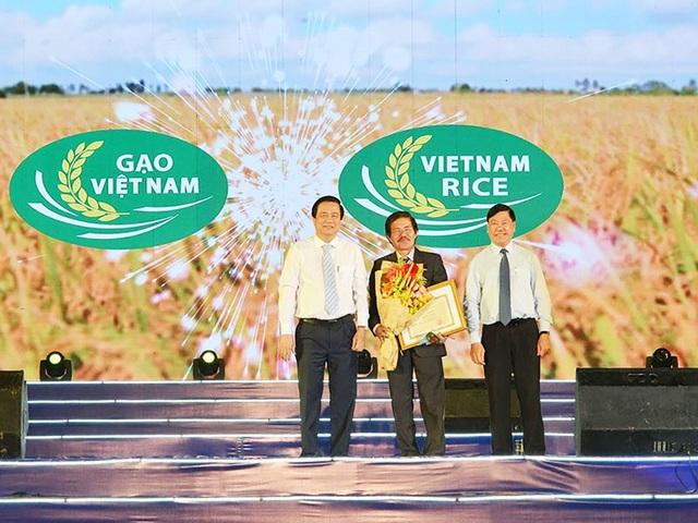 BTC trao giải cho tác giả sáng tác logo thương hiệu gạo Việt.