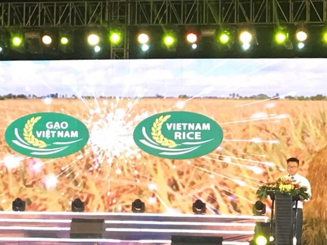 Ông Nguyễn Quốc Toản – Quyền Cục trưởng Cục Chế biến và Phát triển thị trường Nông sản (Bộ NN&PTNT) công bố logo thương hiệu gạo Việt tại Festival Lúa gạo diễn ra tại Long An.