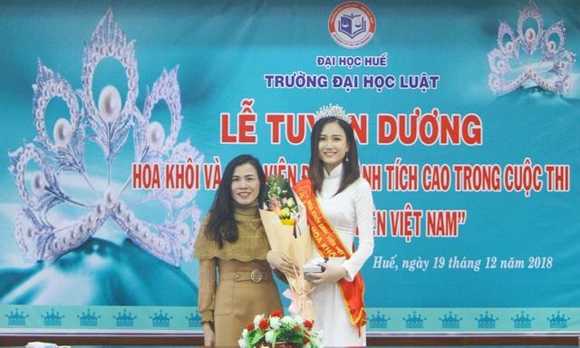 TS. Đào Mộng Điệp, Trưởng Khoa Luật Kinh tế - ĐH Luật tặng thưởng sinh viên Phương Lan