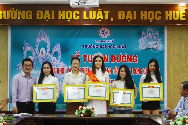 5 nữ sinh viên ĐH Luật Huế nhận bằng khen