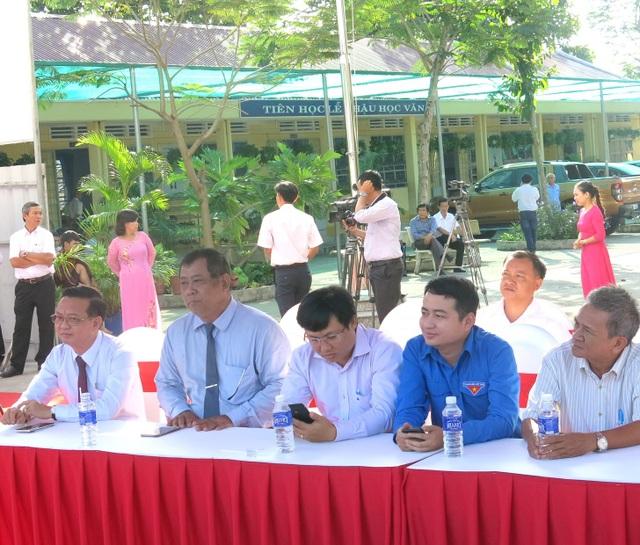 Đại diện lãnh đạo UBND thành phố Thủ Dầu Một dự lễ khởi công Trường Tiểu học Lê Thị Hồng Gấm.