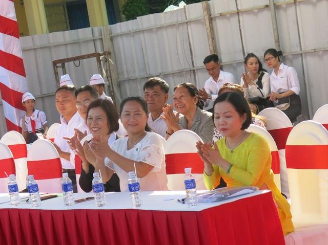Đại diện nhà tài trợ NutiFood và UBND thành phố Thủ Dầu Một trong lễ khởi công Trường Tiểu học Lê Thị Hồng Gấm.
