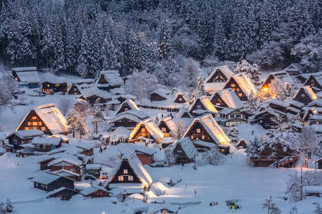 Ngôi làng cổ tích Shirakawa-go nổi bật giữa trời tuyết lạnh cùng ánh đèn ấm áp