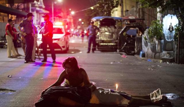 Một nghi phạm ma túy bị bắn chết trên đường phố Manila (Ảnh: AFP)