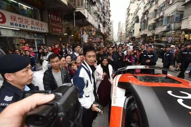 Wong Ching-kit được cho là người đứng sau những cơn mưa tiền, và bị cảnh sát bắt giữ ngay sau đó.