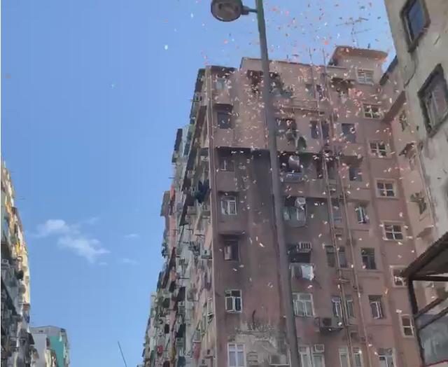 Rất nhiều tờ tiền mệnh giá 100 HKD đã được thả xuống từ các tòa nhà cao tầng.