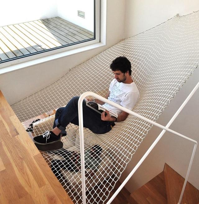 """Một nơi thư giãn bằng… lưới đang là xu hướng mới trong thiết kế nhà ở. Thông thường, chiếc lưới này sẽ được bố trí ở bên ngoài ngôi nhà như phần """"ban công"""" đặc biệt, nơi gia chủ có thể nghỉ ngơi trong khi tận hưởng khí trời và cảnh sắc thiên nhiên. Trong trường hợp tổ ấm của bạn không phù hợp với cách mắc lưới như vây, thì vị trí ngay trên cầu thang cũng là một giải pháp không tồi."""