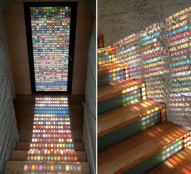 Sử dụng các ô kính màu nhỏ tại cửa sổ ngay vị trí cầu thang sẽ giúp tạo nên hiệu ứng ánh sáng tuyệt đẹp vào ban ngày, từ đó khiến không gian sống trở nên nghệ thuật và độc đáo hơn bao giờ hết!
