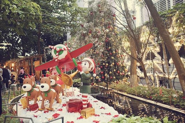Khu vườn trường ĐH Thăng Long vốn là nơi gặp gỡ, ôn bài, nghỉ ngơi của sinh viên trong trường, nay trở nên lung linh với những tiểu cảnh mang không khí lễ hội Giáng sinh