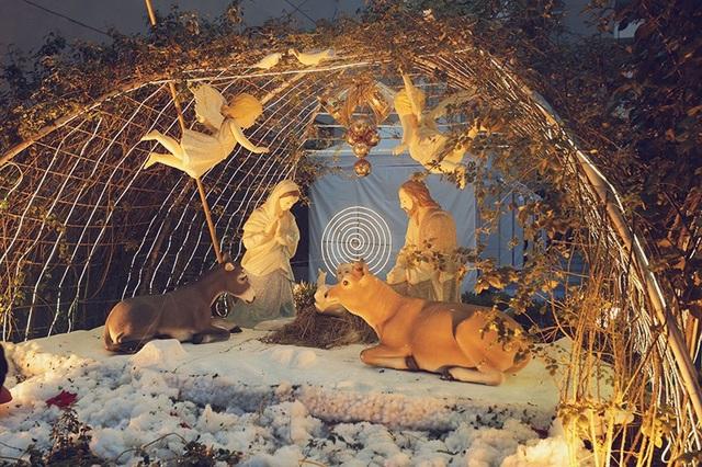 Một tiểu cảnh tái hiện hình ảnh Đức mẹ Maria và chúa Jesus đầy ấm áp