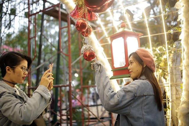 Vườn trường được bài trí với tông màu đỏ-vàng đặc trưng của mùa lễ hội
